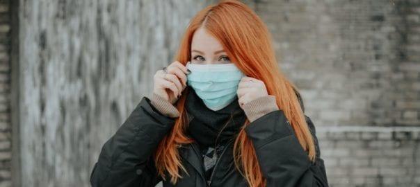 Femme portant un masque de protection contre le COVID-19