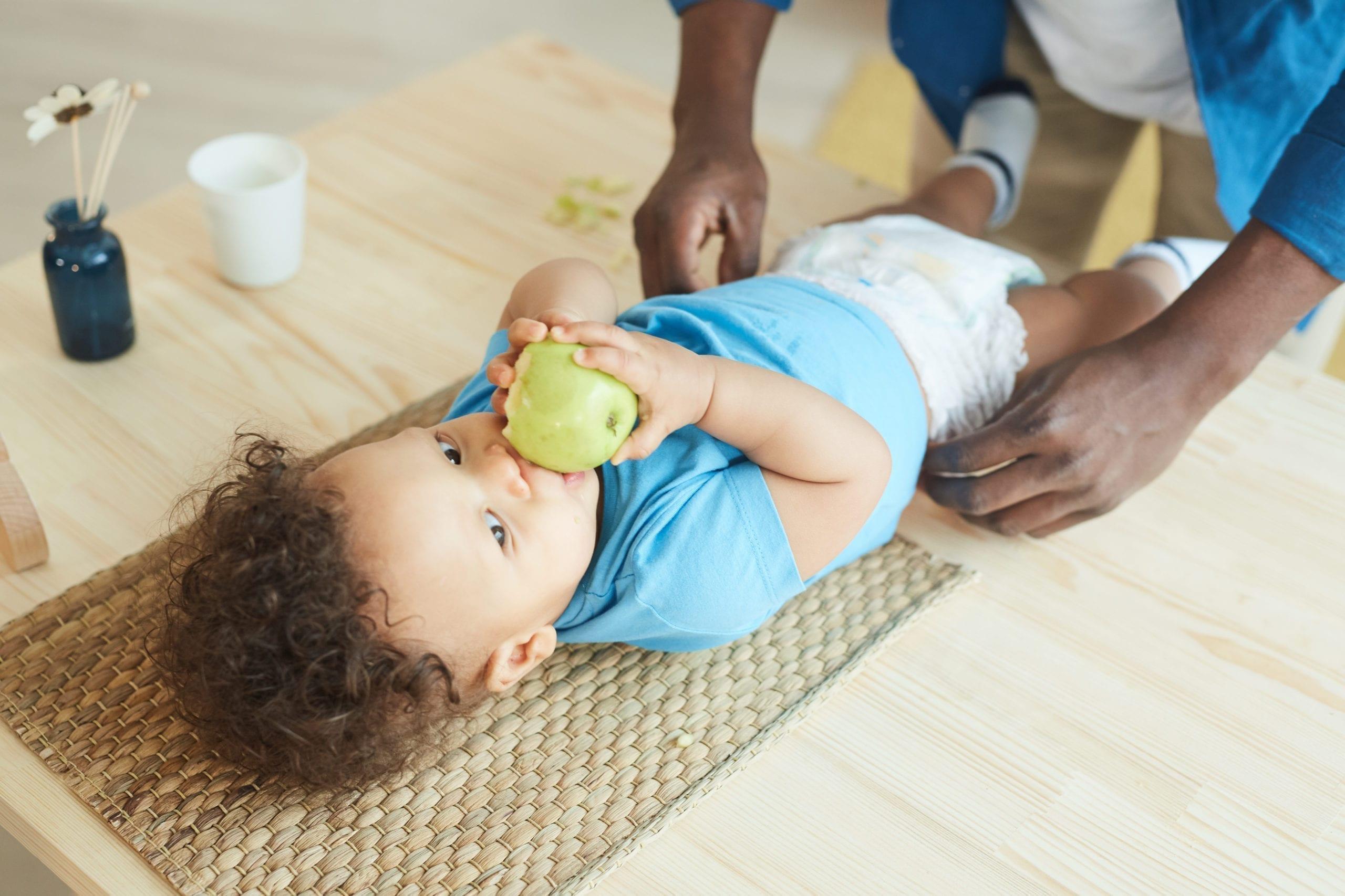 bébé allergique allongé sur la table à langer