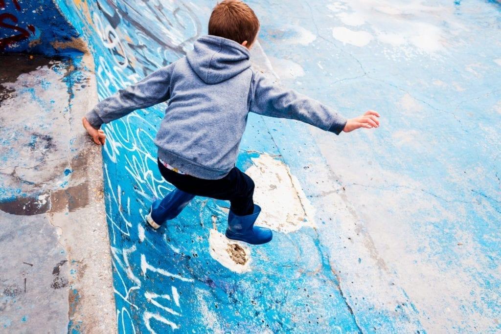 enfant allergique en sweatshirt dans un skatepark