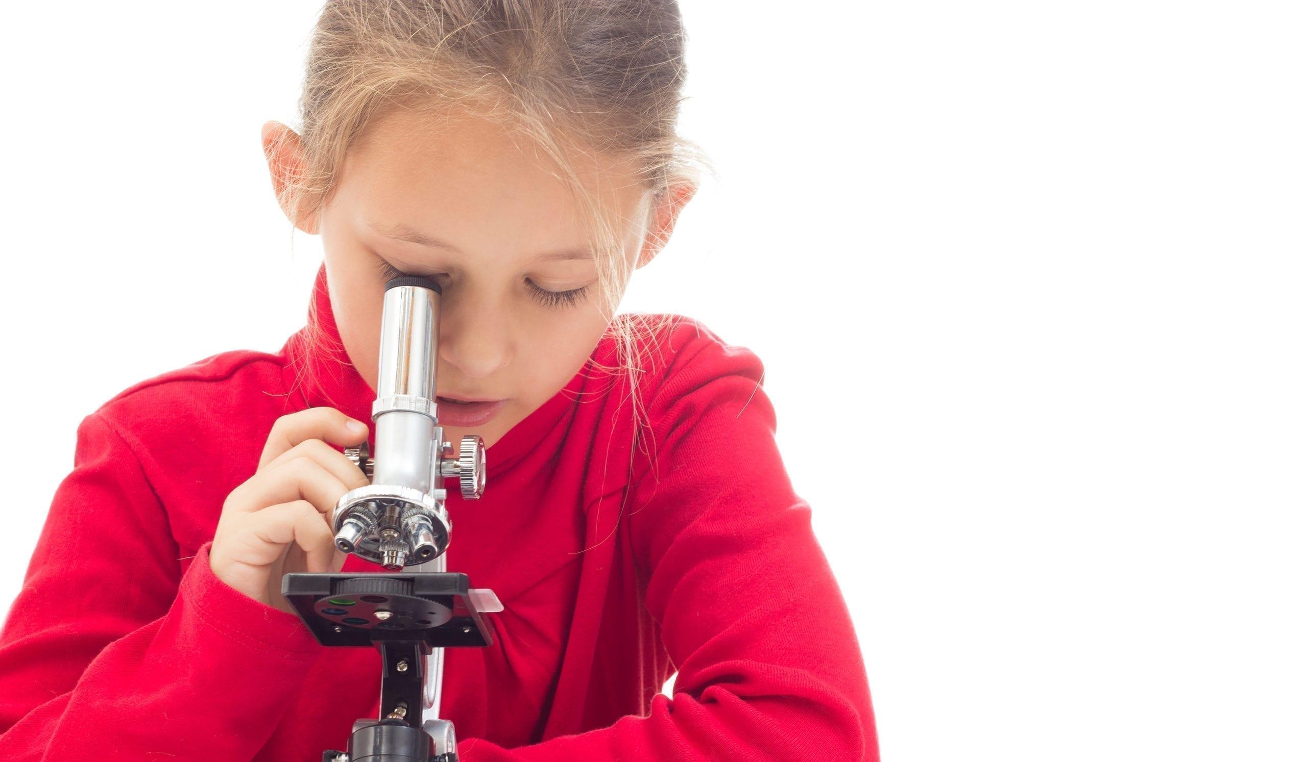 jeune fille allergique regarde dans un microscope