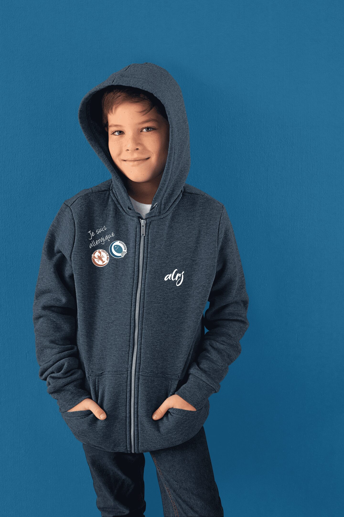 adolescent allergique alimentaire portant un sweatshirt alrj