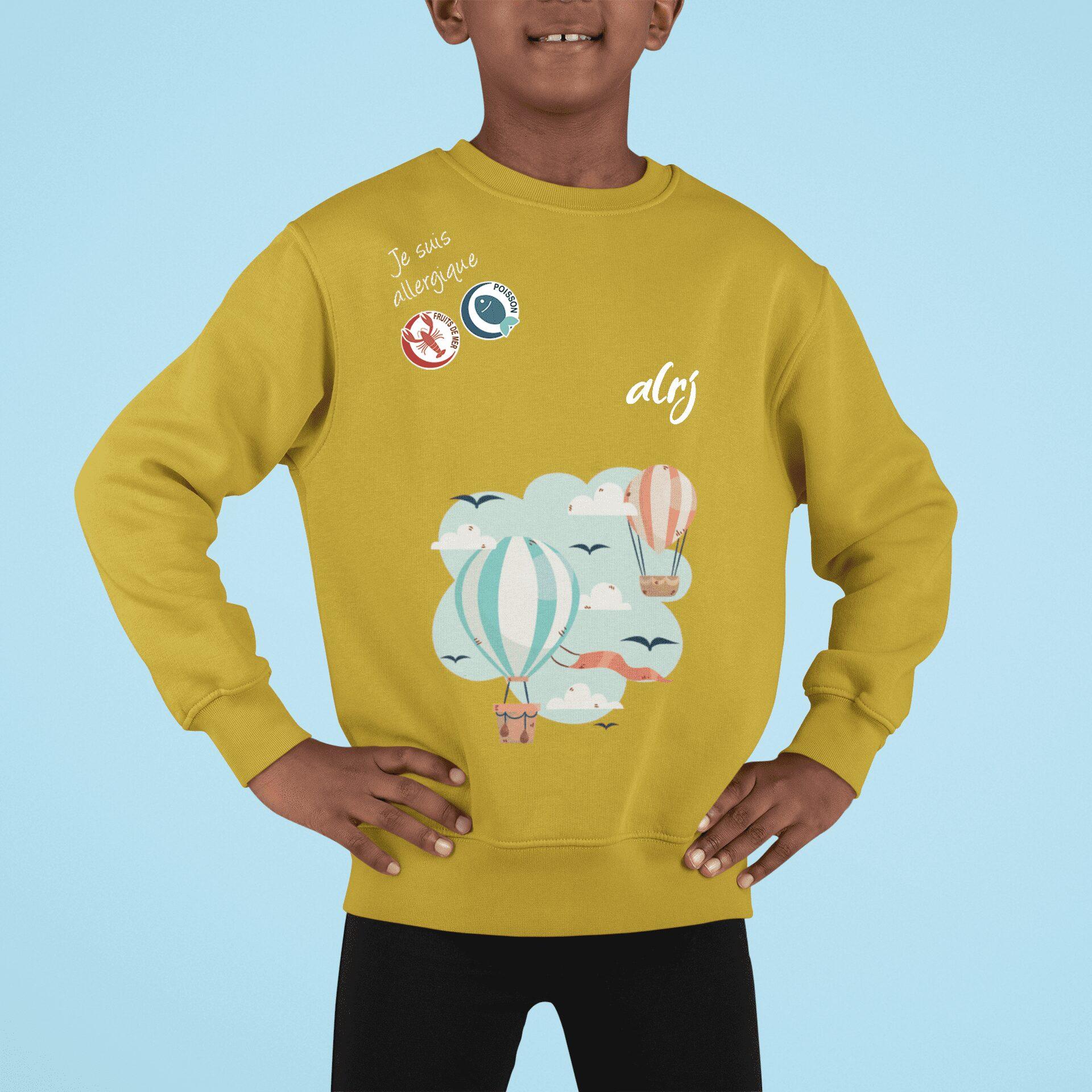 garçon portant un pull alrj affichant ses allergies alimentaires motif montgolfière