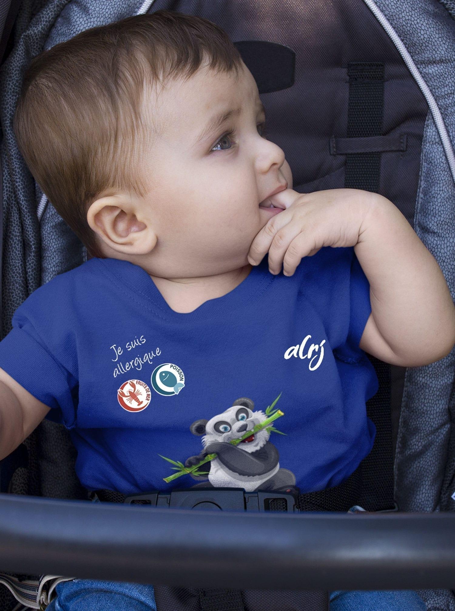 bébé allergique dans sa poussette avec un t-shirt panda