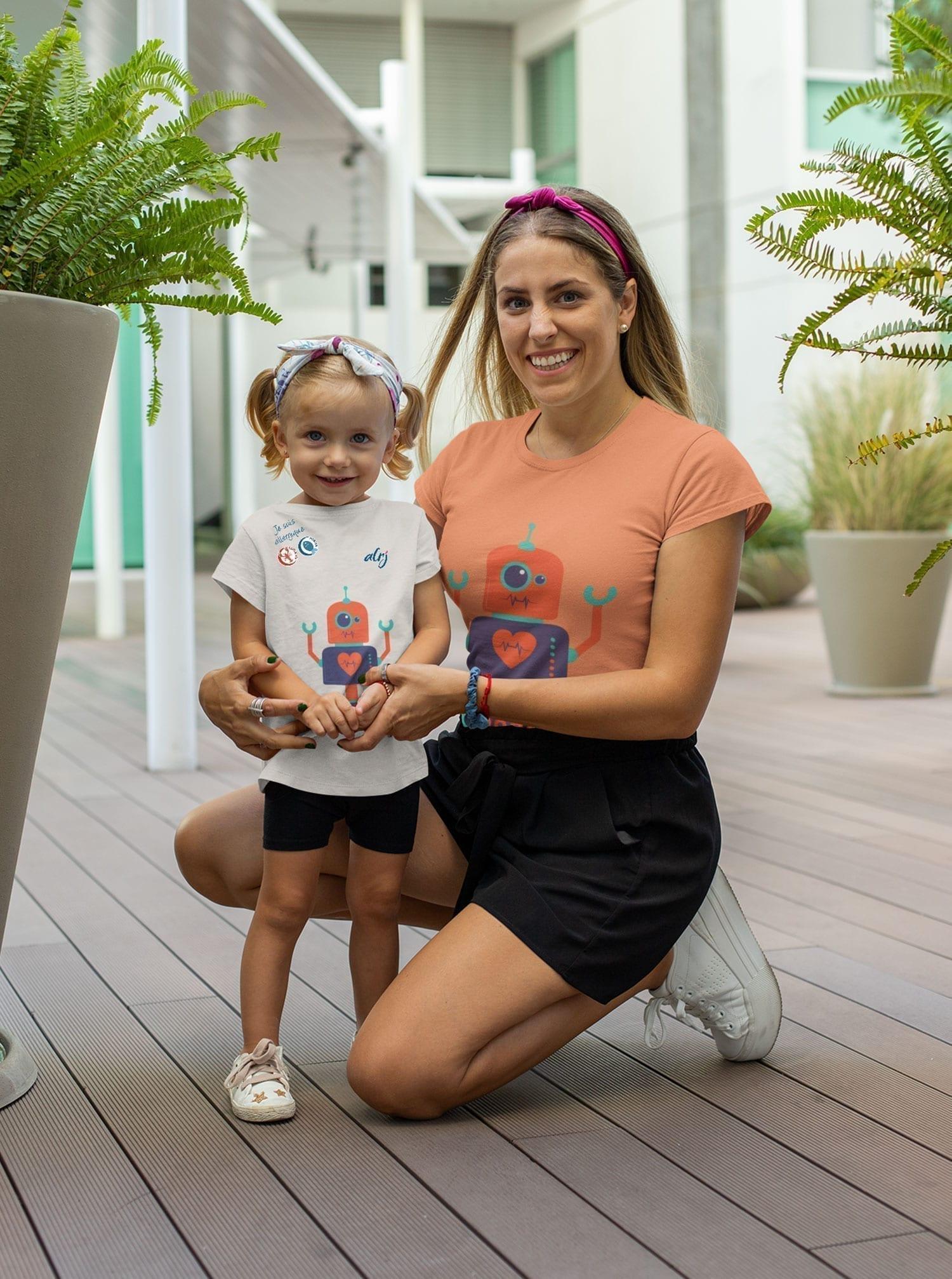 fillette allergique et sa maman portant un t-shirt robot