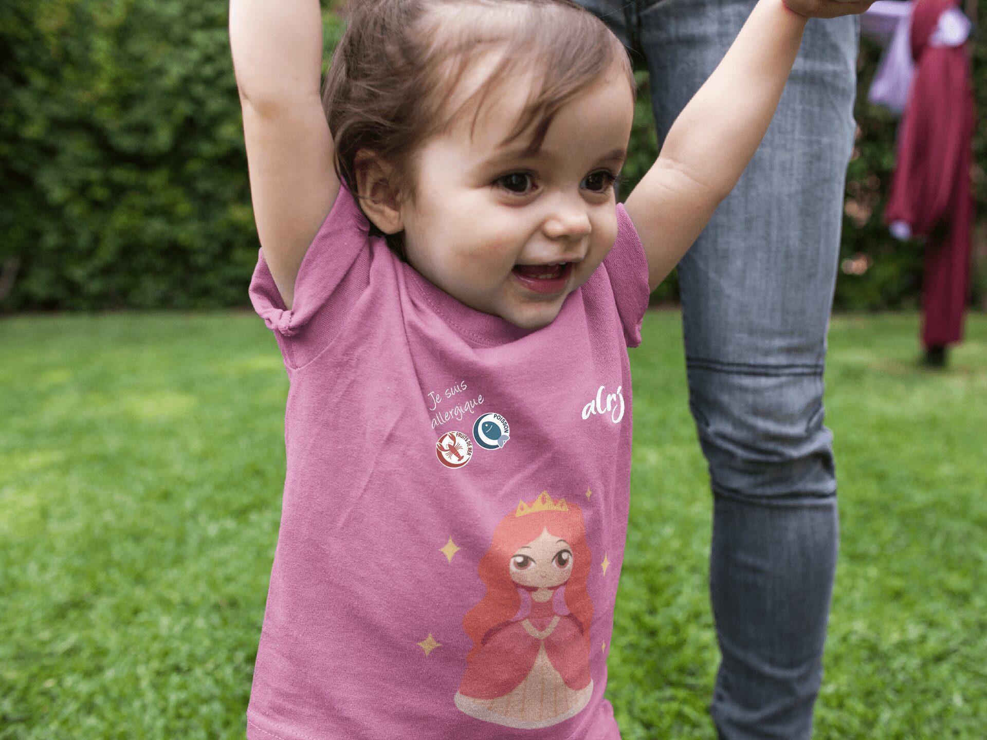 bébé avec allergies alimentaires portant un t-shirt alrj princesse