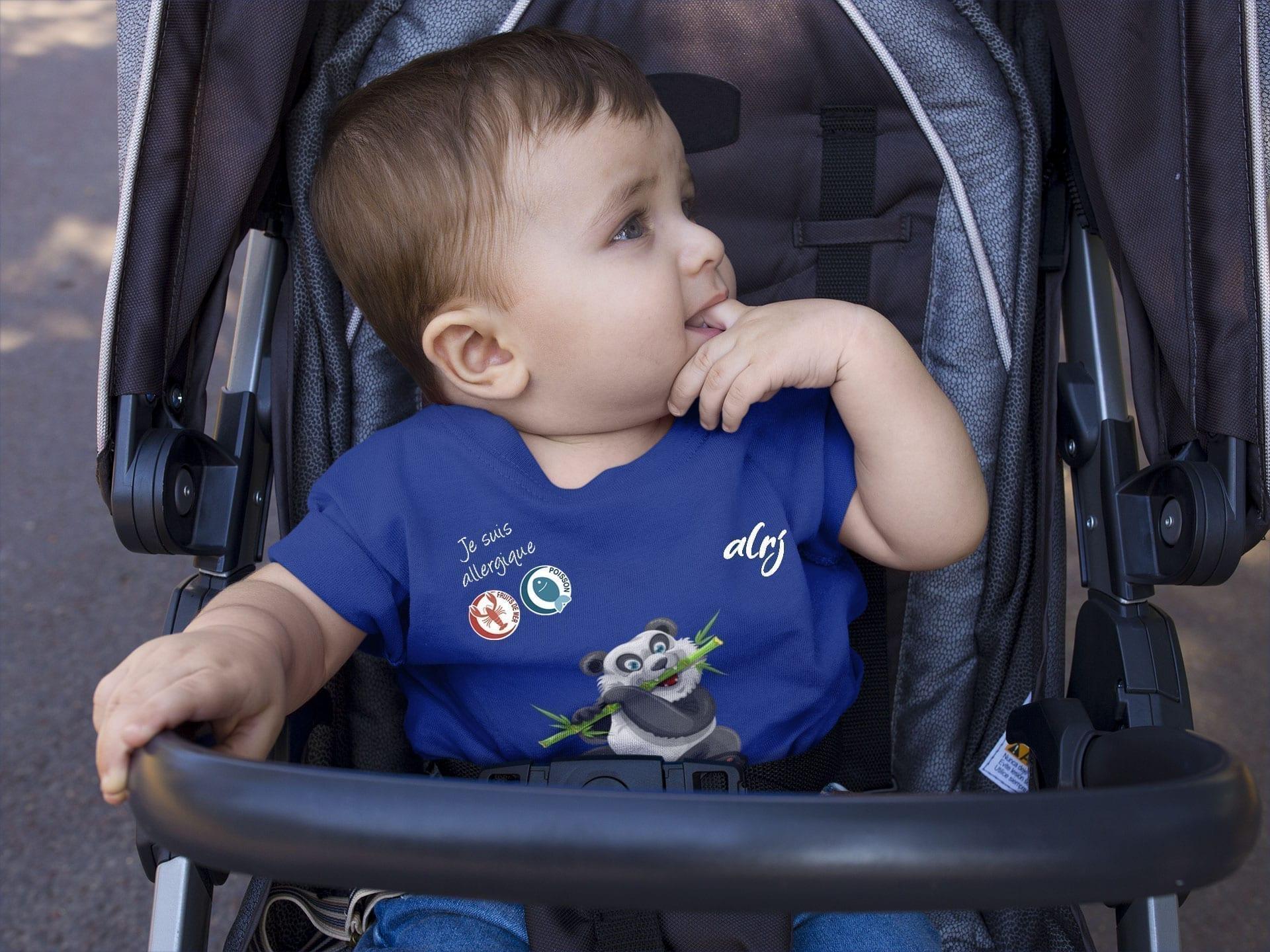 bébé-allergique-dans-sa-poussette-portant-un-t-shirt-alrj