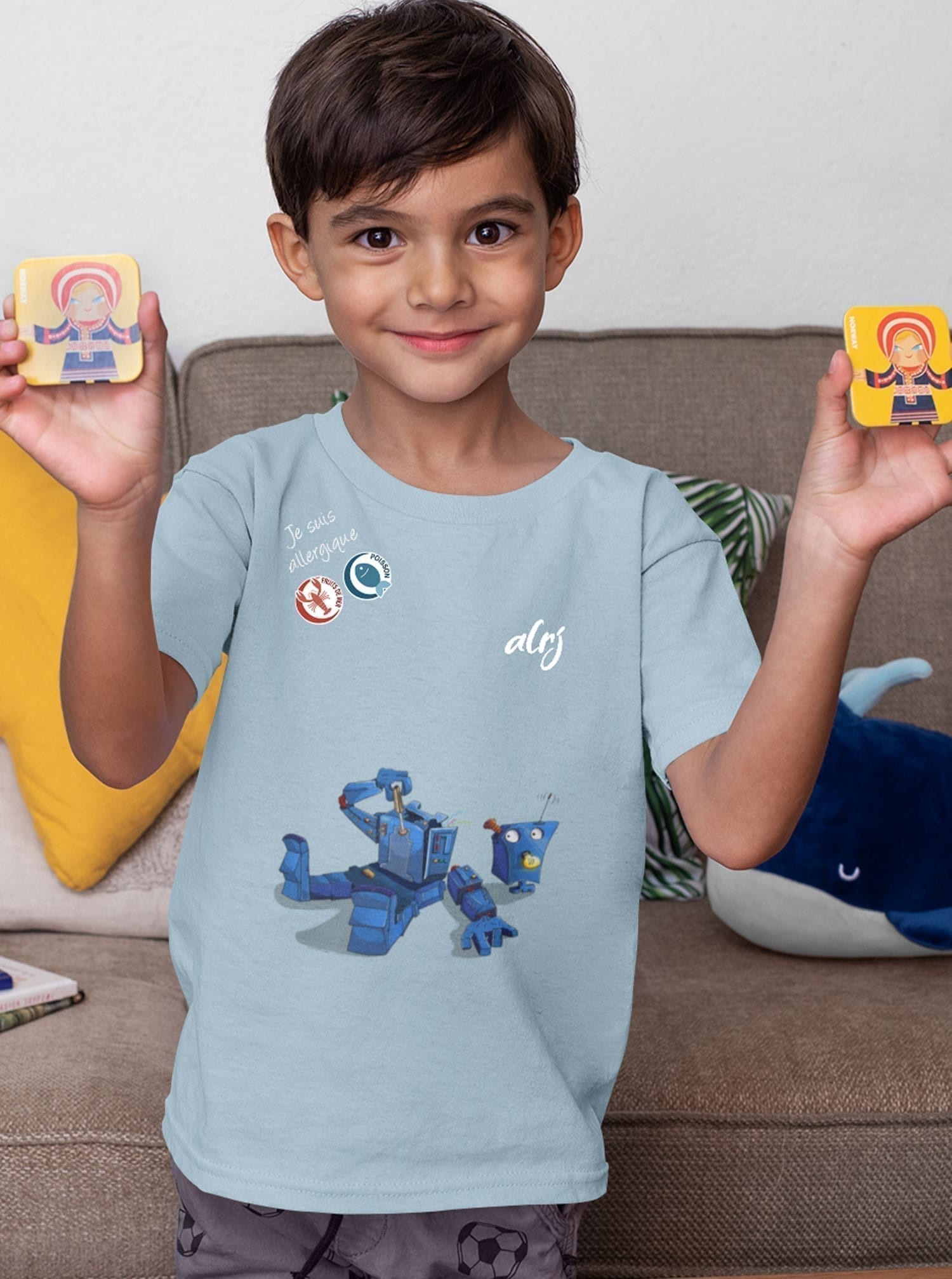 garçon portant un t-shirt avec ses allergies alimentaires et un motif robot démonté