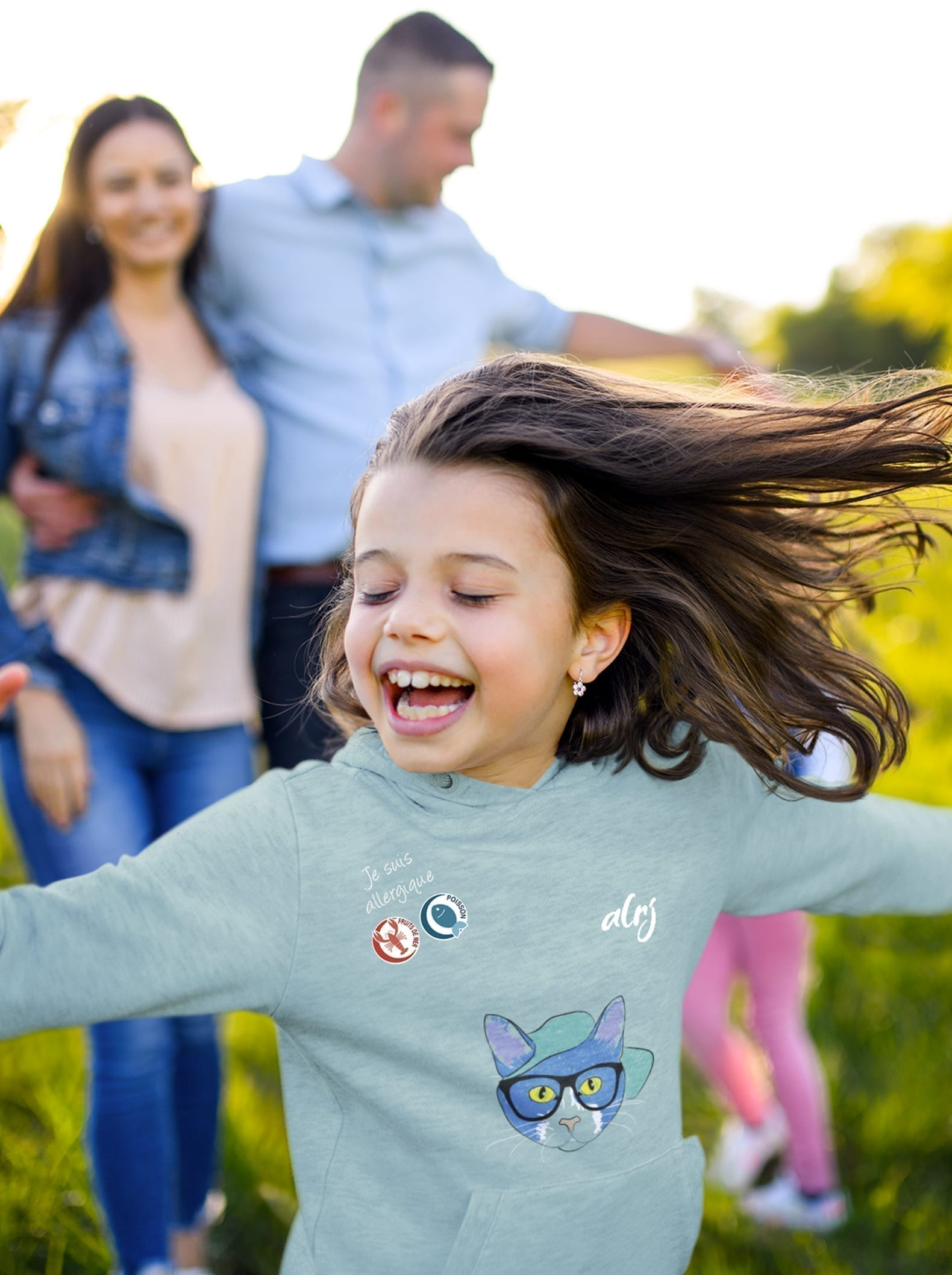 jeune fille avec des allergies alimentaires portant un sweatshirt alrj chat